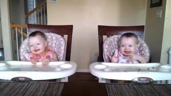 Adorable 11 Month Old Twins Dancing to Daddy's Guitar [Video]